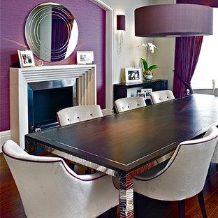 Cette photo montre une salle à manger tendance avec un mur violet et un sol en bois foncé.