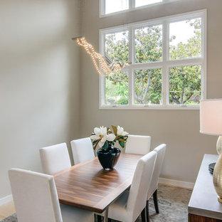 Idee per una sala da pranzo minimal chiusa e di medie dimensioni con parquet chiaro, pareti beige, nessun camino e pavimento marrone