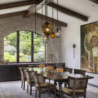Неиссякаемый источник вдохновения для домашнего уюта: столовая в средиземноморском стиле с белыми стенами, серым полом, балками на потолке и сводчатым потолком