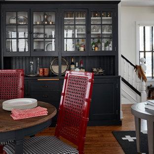Foto på ett mellanstort vintage kök med matplats, med vita väggar, mellanmörkt trägolv och brunt golv