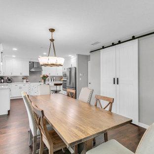 Idee per una sala da pranzo aperta verso la cucina chic di medie dimensioni con pareti grigie, pavimento in laminato e pavimento marrone