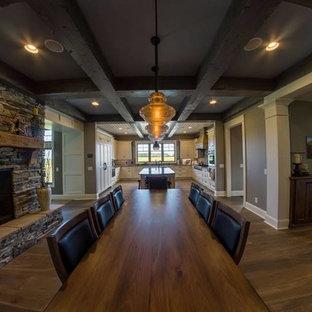 Diseño de comedor de estilo americano con chimenea de doble cara