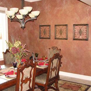 Immagine di una sala da pranzo stile americano chiusa e di medie dimensioni con pareti rosse e pavimento in travertino