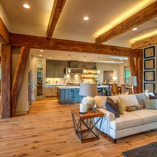 Ejemplo de comedor de cocina rústico, grande, con paredes beige, suelo de madera clara y suelo marrón