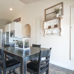 Imagen de comedor rural, abierto, con paredes beige y suelo de linóleo