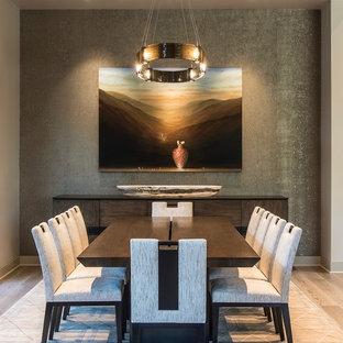 Idee per una grande sala da pranzo aperta verso la cucina contemporanea con pareti beige, pavimento in legno massello medio e pavimento beige