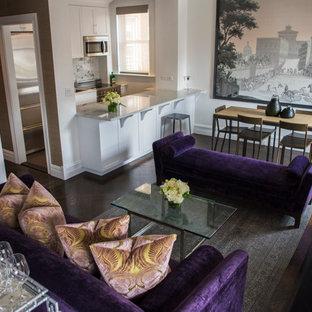 Großes, Offenes Shabby-Look Esszimmer mit weißer Wandfarbe, dunklem Holzboden, Kamin, Kaminumrandung aus Metall und braunem Boden in New York