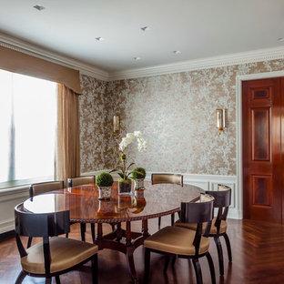 Ispirazione per una sala da pranzo classica chiusa e di medie dimensioni con pareti con effetto metallico e pavimento in legno massello medio