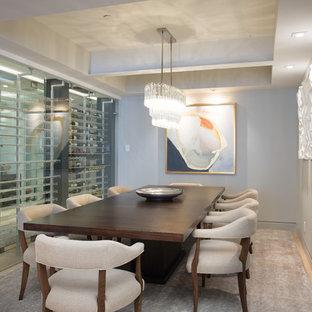 Foto di una sala da pranzo chiusa e di medie dimensioni con pareti grigie, pavimento in bambù, nessun camino e pavimento beige
