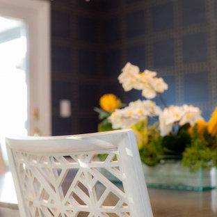Idee per una sala da pranzo minimal di medie dimensioni con pareti blu, pavimento in legno massello medio, pavimento blu e carta da parati