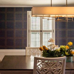 Idee per una sala da pranzo design di medie dimensioni con pareti blu, pavimento in legno massello medio, pavimento blu e carta da parati