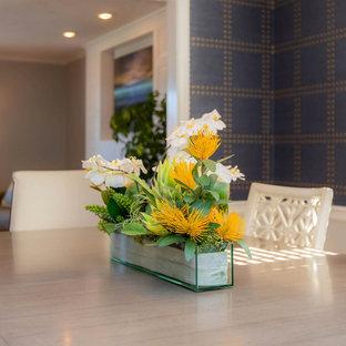 Ispirazione per una sala da pranzo contemporanea di medie dimensioni con pareti blu, pavimento in legno massello medio, pavimento blu e carta da parati