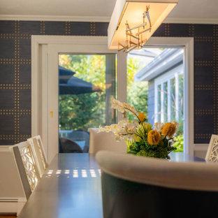 Foto di una sala da pranzo minimal di medie dimensioni con pareti blu, pavimento in legno massello medio, pavimento blu e carta da parati