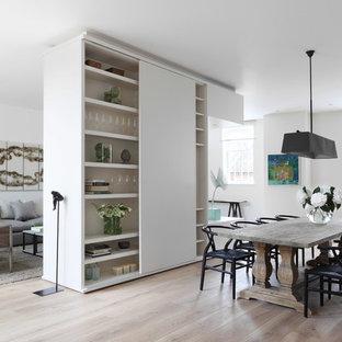 Esempio di una sala da pranzo aperta verso il soggiorno contemporanea con pareti bianche e parquet chiaro
