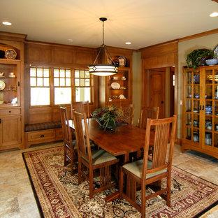 Cette image montre une salle à manger craftsman fermée avec un sol beige.