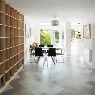 サセックスの中くらいのコンテンポラリースタイルのおしゃれなLDK (白い壁、リノリウムの床、石材の暖炉まわり) の写真