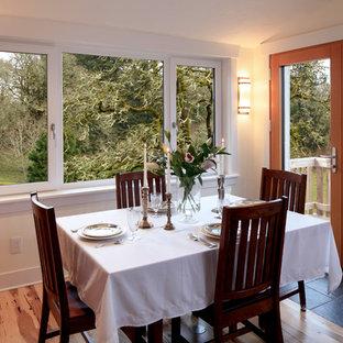 Idee per una sala da pranzo aperta verso la cucina classica di medie dimensioni con pareti bianche, pavimento in legno massello medio, nessun camino e pavimento beige