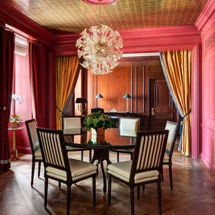 Источник вдохновения для домашнего уюта: отдельная столовая в классическом стиле с розовыми стенами и паркетным полом среднего тона