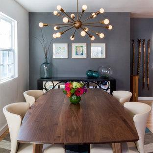 На фото: столовая среднего размера в стиле ретро с серыми стенами и светлым паркетным полом с