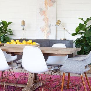 Imagen de comedor actual, grande, abierto, sin chimenea, con paredes blancas, suelo de madera clara y suelo gris