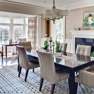 Exempel på en stor modern separat matplats, med mörkt trägolv, en standard öppen spis, bruna väggar, en spiselkrans i trä och brunt golv