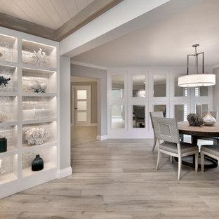 Стильный дизайн: отдельная столовая среднего размера в современном стиле с серыми стенами и светлым паркетным полом - последний тренд