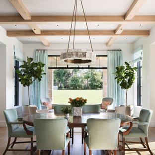 Cette image montre une salle à manger ouverte sur le salon traditionnelle avec un mur blanc, un sol en bois brun, aucune cheminée, un sol marron et un plafond à caissons.