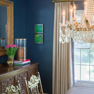 他の地域の小さいトラディショナルスタイルのおしゃれな独立型ダイニング (青い壁、無垢フローリング、暖炉なし) の写真