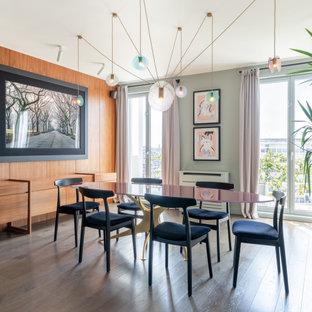 Exemple d'une très grand salle à manger ouverte sur le salon tendance en bois avec un mur gris, un sol en bois foncé et un sol marron.