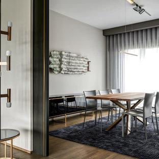 Offenes, Mittelgroßes Modernes Esszimmer ohne Kamin mit beiger Wandfarbe, braunem Holzboden und braunem Boden in Berlin