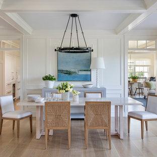 Свежая идея для дизайна: столовая в морском стиле с белыми стенами, паркетным полом среднего тона, коричневым полом, кессонным потолком и панелями на части стены - отличное фото интерьера