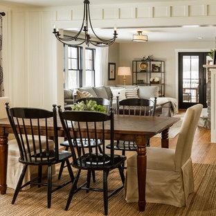 Diseño de comedor de estilo de casa de campo, abierto, con paredes blancas y suelo de madera en tonos medios
