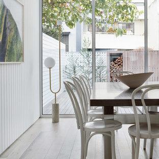 Mittelgroßes Modernes Esszimmer mit Kamin und Kaminsims aus Metall in Melbourne