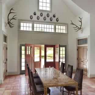 Идея дизайна: столовая в стиле рустика с белыми стенами, полом из терракотовой плитки и розовым полом