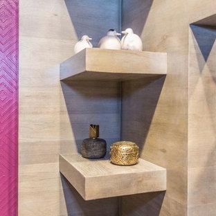 Idee per una sala da pranzo contemporanea con pareti rosa, pavimento in gres porcellanato e pavimento beige