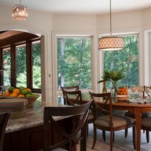Immagine di una sala da pranzo aperta verso la cucina chic di medie dimensioni con pareti beige, pavimento in terracotta, nessun camino e pavimento beige