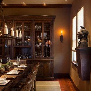 Esempio di una grande sala da pranzo stile rurale chiusa con pareti marroni, parquet scuro e nessun camino