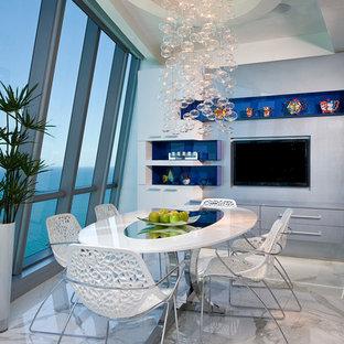 Imagen de comedor contemporáneo, grande, abierto, con paredes blancas y suelo de mármol