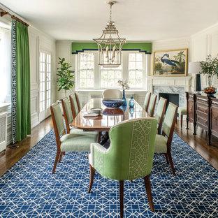 Свежая идея для дизайна: отдельная столовая в классическом стиле с белыми стенами, темным паркетным полом и угловым камином - отличное фото интерьера