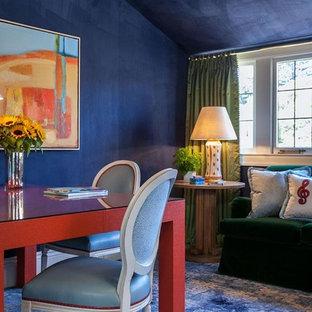 Modelo de comedor bohemio, de tamaño medio, abierto, con paredes azules