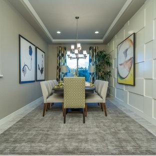フェニックスの広いコンテンポラリースタイルのおしゃれなLDK (ベージュの壁、磁器タイルの床、グレーの床) の写真