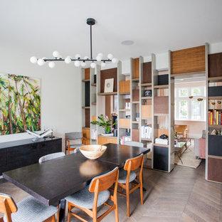 Imagen de comedor retro, pequeño, con paredes blancas, suelo marrón y suelo de madera oscura