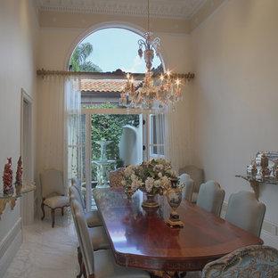 Diseño de comedor mediterráneo, grande, cerrado, con paredes beige y suelo de mármol