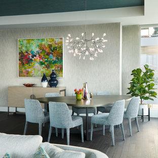 Idée de décoration pour une salle à manger ouverte sur le salon design avec un mur gris, un sol en bois foncé, un sol marron, un plafond en papier peint et du papier peint.