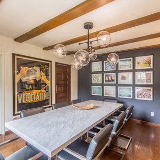 Mediterranes Esszimmer mit grauer Wandfarbe, dunklem Holzboden, braunem Boden und freigelegten Dachbalken in San Francisco