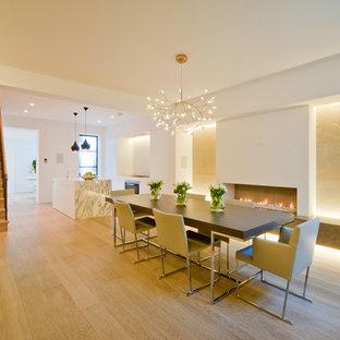 Новый формат декора квартиры: большая столовая в современном стиле с белыми стенами, светлым паркетным полом, горизонтальным камином и фасадом камина из штукатурки