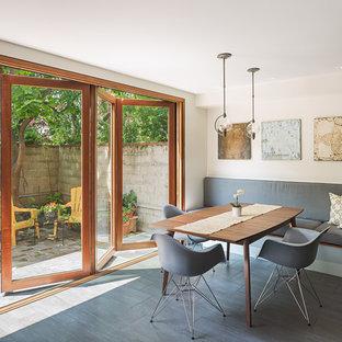 Aménagement d'une salle à manger contemporaine avec un mur blanc et aucune cheminée.