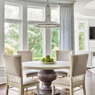 シャーロットの中くらいのトランジショナルスタイルのおしゃれなLDK (暖炉なし、白い壁、濃色無垢フローリング、茶色い床) の写真