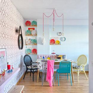 Esempio di una sala da pranzo aperta verso la cucina eclettica di medie dimensioni con pareti blu, pavimento in legno massello medio e nessun camino