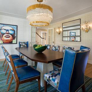 Ispirazione per una sala da pranzo bohémian di medie dimensioni e chiusa con pareti beige, pavimento in legno massello medio e pavimento marrone